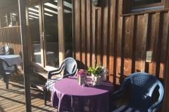 Tische auf dem Balkon der Wohnungen